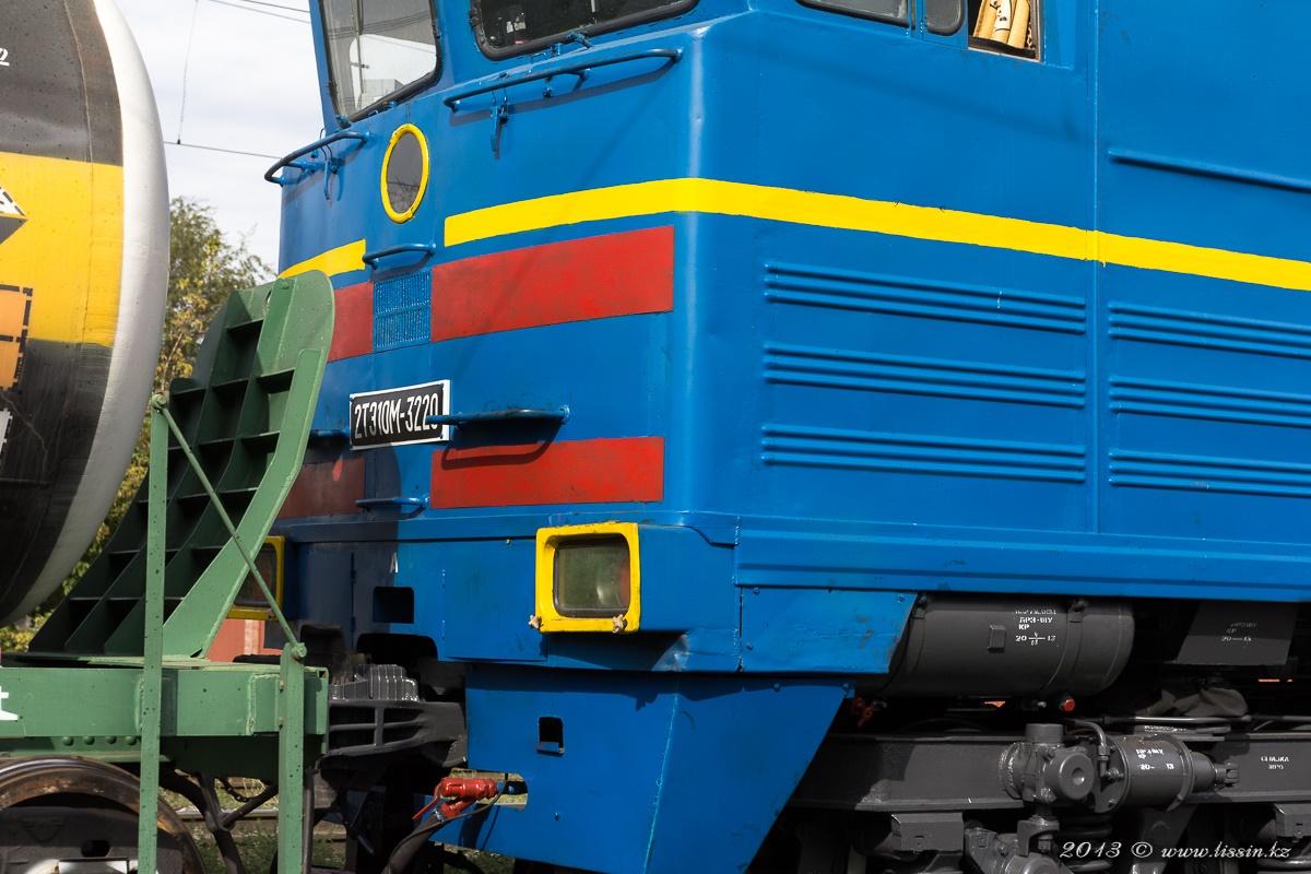 2ТЭ10М-3220 отправляется с грузового парка станции Алма-Ата-1, 30.08.13г.