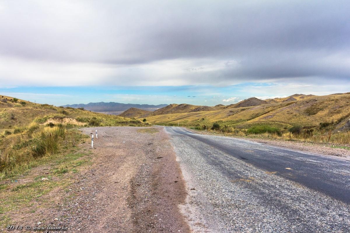Подъезжая к горам Алтын-эмель по трассе Сары-озек - Коктал, 13.09.13г. #1